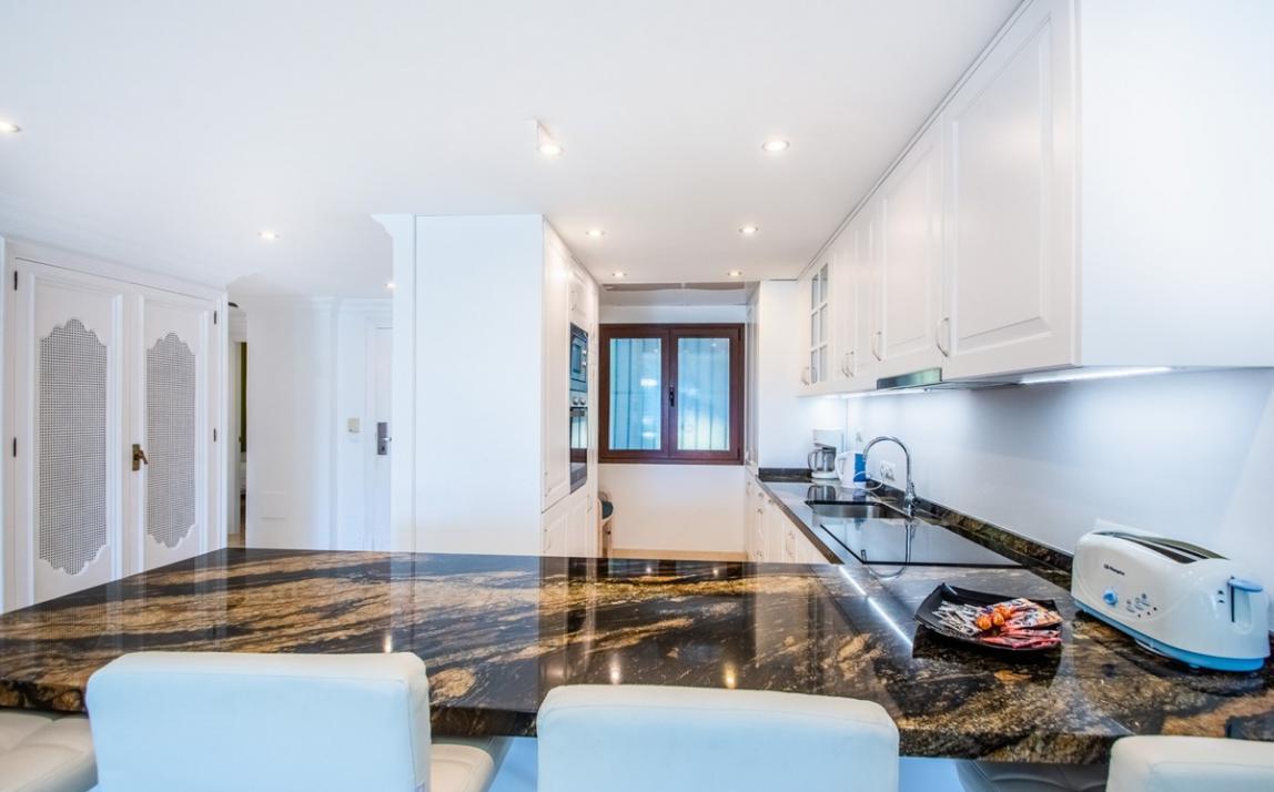 Apartment - Middle Floor, The Golden Mile Costa del Sol Málaga R3785416 10