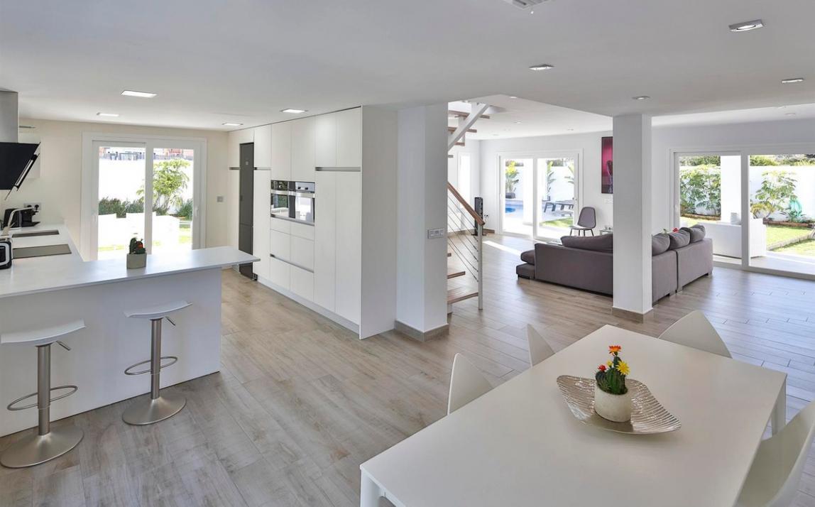 Modern villa for sale The Golden Mile Marbella R3166873 12